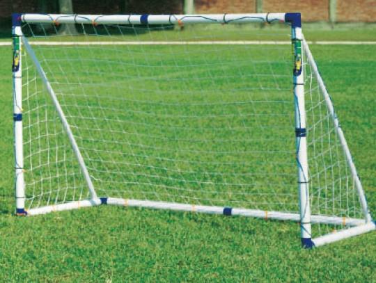 All-In Sport: Met 150 x 130 cm een populaire doelmaat voor recreatieve- en hobbyvoetballers. Voordelige constructie van 53 mm dikke kunststof profielen...