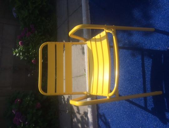 All-In Sport: <p>Oude zwembadstoel nieuw leven gegeven door een laklaag. Let wel er zitten op sommige wat lijmresten. Deze is redelijk te verwijderen. ...
