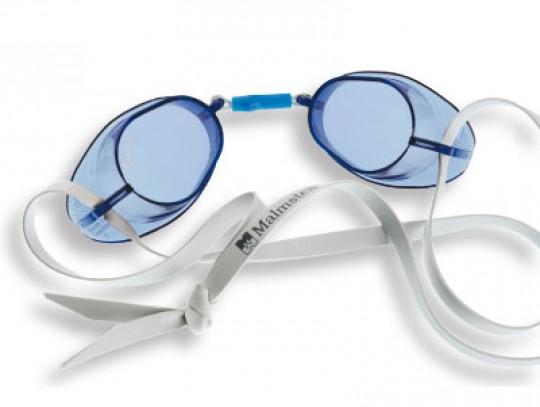 All-In Sport: De originele Malmsten zwembril is de klassieker onder de zwembrillen. Na meervoudig dragen past de zwembril zeer goed aan en geeft een op...