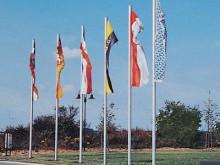 All-In Sport: De aluminium vlaggenmasten zijn uit één stuk vervaardigd, 100 x 120 mm profiel en geeft vanwege de elegantie van de tijdloze vormgeving e...