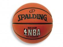 All-In Sport: Outdoor basketbal. Diepe channels garanderen een goede balhandling en het zeer duurzame rubber oppervlak is bestand tegen elke streetgame.