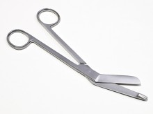 All-In Sport: De ideale schaar voor het losknippen van verbanden. De schaar heeft ronde schaarvleugels en kan zodoende op de huid ingezet worden zonder...
