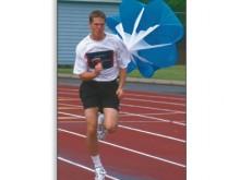 All-In Sport: In maat verstelbare nylon gordel met kliksluiting, waaraan een remparachute van nylon bevestigd is (lengte in totaal ca. 3 meter). Tegen ...