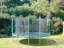 All-In Sport: Das Sicherheitsnetz schützt vor Stürzen vom Trampolin. Zum Schutz vor seitlichem Herunterfallen können alle unsere Gartentrampoline mit e...