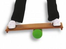 All-In Sport: Balanceerplank met rol. Robuuste balanceerplank van hout, 75 x 25 cm, inclusief rolcilinder van PE, Ø 12,5 cm. Op de plank zijn 2 geribbe...