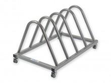 All-In Sport: fahrbar, aus Stahlrohr, pulverbeschichtet, für bis zu 4 Sprungbretter. Abstand zwischen den Bügeln: 18 cm. Maße: 65 x 64 x 65 cm, Gewicht...