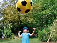 All-In Sport: Deze reuzenvoetbal is ongeveer dubbel zo groot als een normale voetbal, is echter maar half zo zwaar. Daardoor is de bal iets langzamer, ...