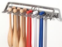 All-In Sport: Metalen constructie voor wandbevestiging (excl. hangslot). Voor 28 houten of 35 kunststof knotsen of 20 Flexi-Bars.