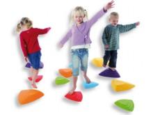 All-In Sport: Van steen naar steen springen, zonder de grond te raken – daarbij leren de kinderen afstanden in te schatten en om hun bewegingen te coör...