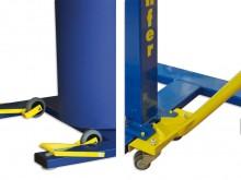 All-In Sport: Kippvorrichtung mit Rollen am Fuß angebracht und eine Ziehvorrichtung mit Hebelstange und Rolle zum Einhängen in den Bänfer® Sprungtisch ...