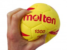 All-In Sport: Zachte en goed vast te pakken handbal voor het aanleren van de werptechniek. Het oppervlak van synthetisch leder en de foamvulling geeft ...