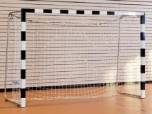All-In Sport: Doelframe van aluminium profiel 80 x 80 mm, superstabiele hoekverbinding door gelaste verstekken. De palen worden in lange profielpennen ...