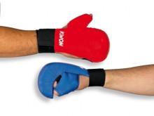 All-In Sport: Voorgevormd schuimstof deel met kunstleren bekleding en zeer goede fixatie aan de pols door klittenbandsluiting. De handbeschermer met du...