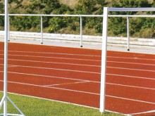 All-In Sport: nach Vorschrift, mit gusseisernem Tellerfuß. Holzpfosten mit Blechklemme, 137 cm hoch, 8 cm breit, 2 cm stark.
