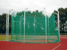 All-In Sport: Te plaatsen in bodemhulzen volgens de laatste IAAF-voorschriften. 10 palen van aluminium profiel 80 x 80 x 3 mm, met katrollen voor het o...