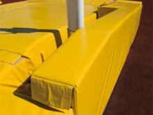 All-In Sport: und 100 cm hohe Säulenschutzpolster gemäß den neuesten Anforderungen der IAAF, gefertigt aus festem PE-Schaumstoff mit Hülle aus PVC-Plan...