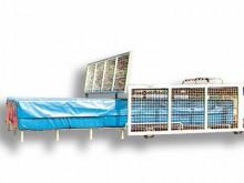 All-In Sport: Dach aus verzinktem Trapez-Stahblech, Seitenwände aus verzinktem Wellengitter auf Stahlrahmen.