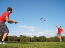 All-In Sport: De nieuwe trendsport voor tuinen, park, pauze of de gymnastiekles – met behulp van twee handstokken wordt een ring (gemaakt van Biomateri...