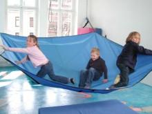 All-In Sport: Dwars in de ruimte gespannen is het zweefdoek een eenvoudig en effectief artikel voor de stimulatie van de tactiele, vestibulaire en prop...
