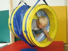 All-In Sport: Motoriekspeelgoed, schommelartikel en buisschommel. De schommelende kruiptunnel stimuleert de fantasie en animeert de kinderen zich te be...