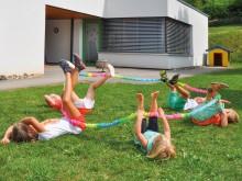 All-In Sport: Binnen een Coöperatieband kan een groep naar elkaar toe lopen, samen in één richting lopen of bepaalde vormen creëren – zittend of liggen...