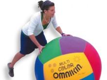 All-In Sport: Kin-Ball ist ein neues Spiel, welches Sportgeist, Teamfähigkeit, Kraft und Ausdauer ideal kombiniert.<br />Eine Mannschaft ruft die Farbe...