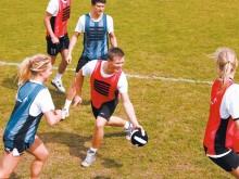 All-In Sport: Bumball is een innovatief balspel voor kinderen en volwassenen. Doel van het spel is om de bal met een van de klittenbandstrips op borst ...