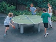 All-In Sport: De ronde tafeltennistafel, voor vele spelers dolle pret! 2 bladhelften van weer- en lichtbestendig Polymerbeton 25 mm dik met gekleurd sp...