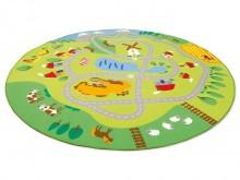 All-In Sport: Het grote bonte speeltapijt laat verschillende landschapsbeelden en natuurdetails zien. Bijvoorbeeld kan de bochtige straat met voertuige...