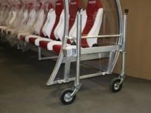 All-In Sport: De aluminium constructie wordt aan beide zijden van de Dug-out ingehaakt en op de wielen omhoog gedraaid. Met deze transportwagen zijn Du...