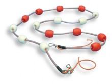 All-In Sport: Met drijvers op ca. 25 cm van elkaar, drijvers vast aan de lijn, rood/wit afwisselend.